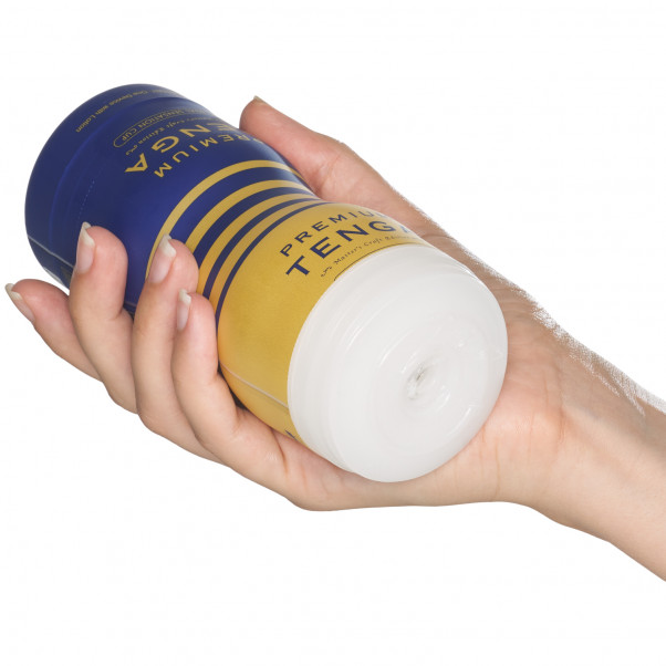 TENGA Premium Dual Sensation Cup Produktbillede med hånd 50